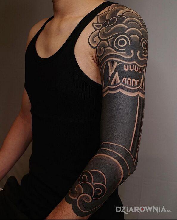 Tatuaż chiński lew w motywie rękawy i stylu blackwork / blackout na ręce