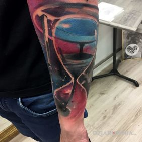 Tatuaże gwiazdy, abstrakcyjna klepsydra, kosmos, dziara dla mężczyzn
