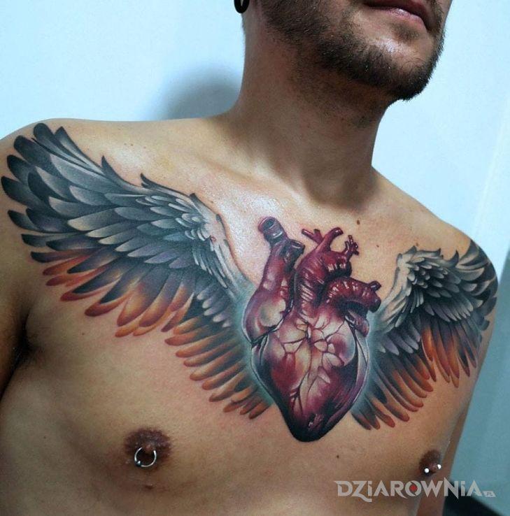Tatuaż skrzydlate serducho w motywie 3D i stylu realistyczne na klatce