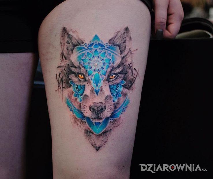 Tatuaż niesamowicie śliczny wilczek w motywie kolorowe na nodze