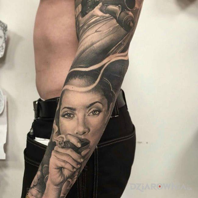 Tatuaż dziewczyna z cygarm w motywie rękawy i stylu realistyczne na ramieniu