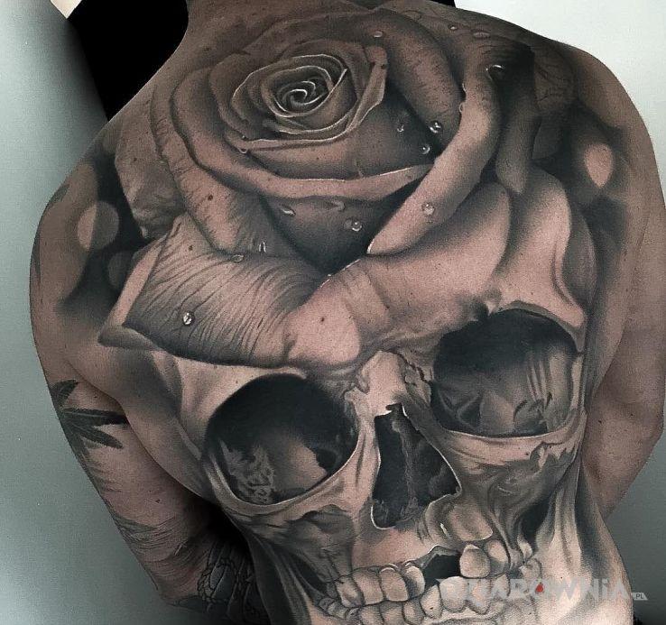 Tatuaż big czacha w motywie kwiaty i stylu realistyczne na plecach