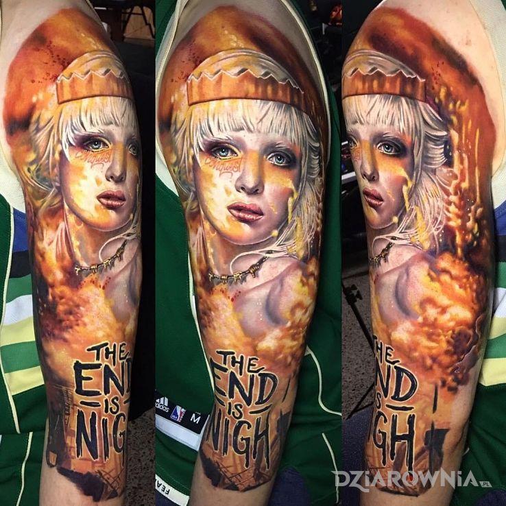 Tatuaż the end is nigh w motywie napisy i stylu realistyczne na ramieniu