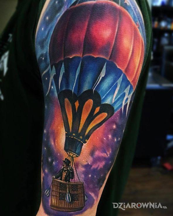 Tatuaż balon w kosmosie w motywie kosmos na ramieniu