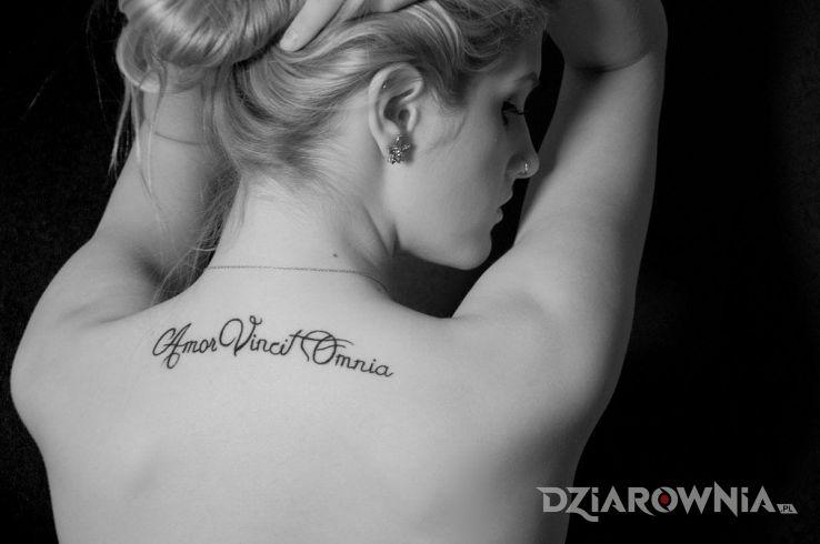 Tatuaż Amor Vincit Omnia Autor Tomek Dziarowniapl