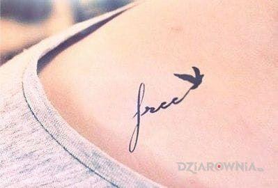 Tatuaż free w motywie napisy na obojczyku