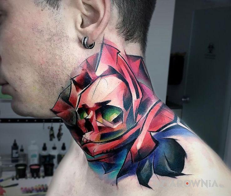 Tatuaż czaszka w róży - kwiaty