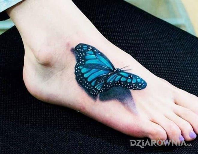 Tatuaż motyl w motywie motyle i stylu realistyczne na stopie