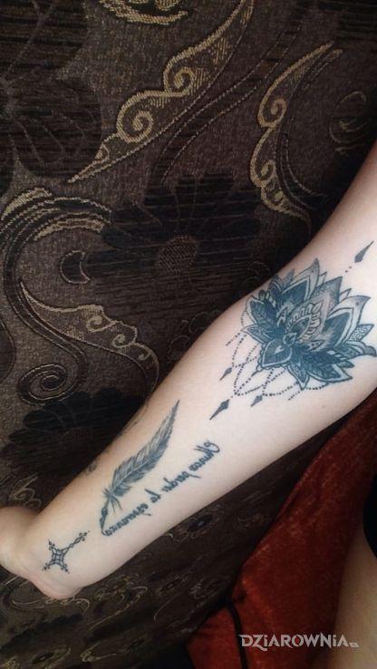 Tatuaż Kwiat Lotosupiorko Z Napisem Krzyzyk Autor Nicola
