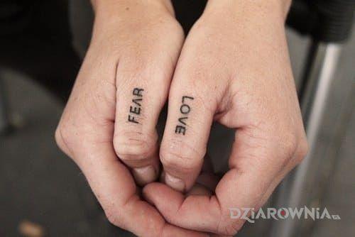 Tatuaż fear  love w motywie napisy na palcach