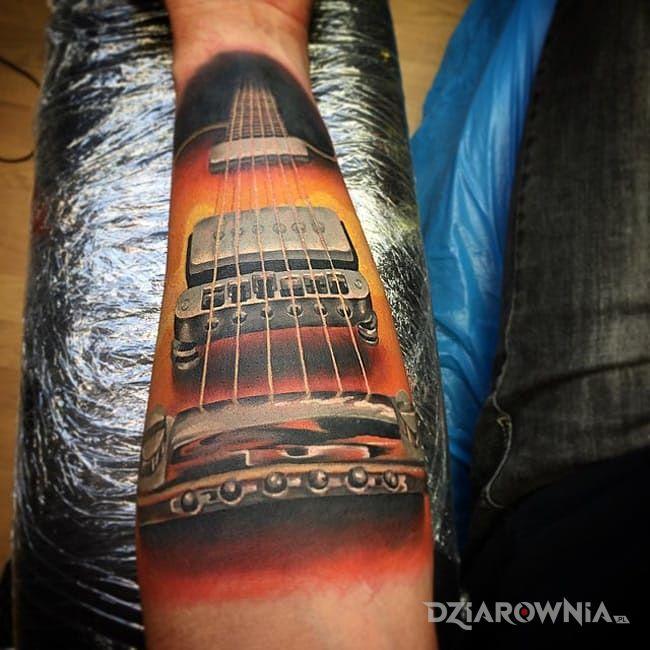 Tatuaż gitara - realistyczne