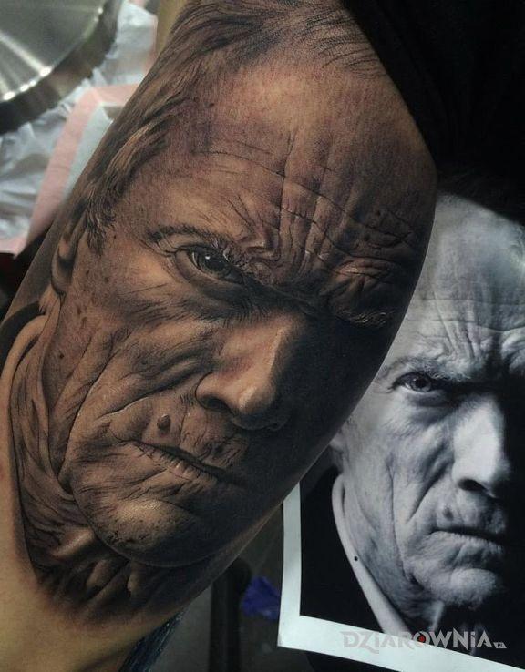 Tatuaż clint eastwood w motywie postacie i stylu realistyczne na ramieniu