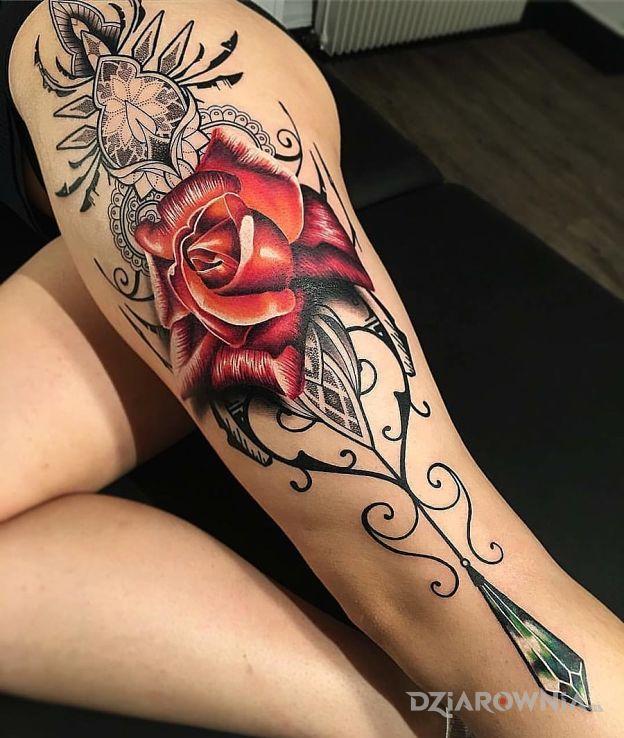 Tatuaż wielka róża w motywie kwiaty na nodze
