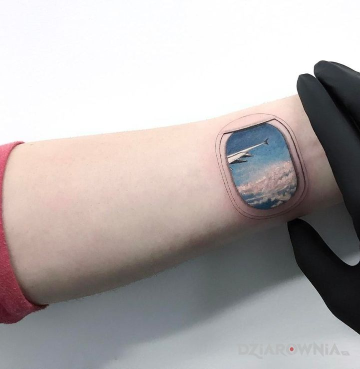 Tatuaż okienko w stylu realistyczne na przedramieniu
