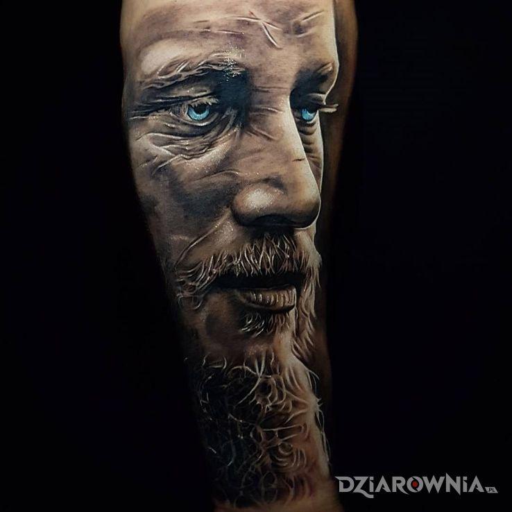 Tatuaż ragnar lodbrok w motywie 3D i stylu realistyczne na ramieniu