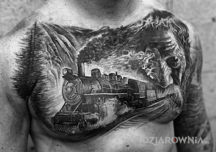 Tatuaż pędzący pociąg w motywie twarze i stylu realistyczne na klatce