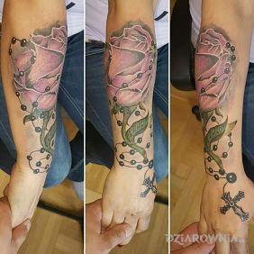 Róża opleciona różańcem