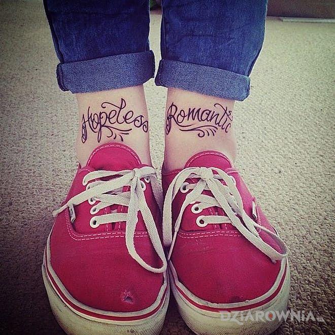 Tatuaż napis na nodze w motywie napisy na nodze