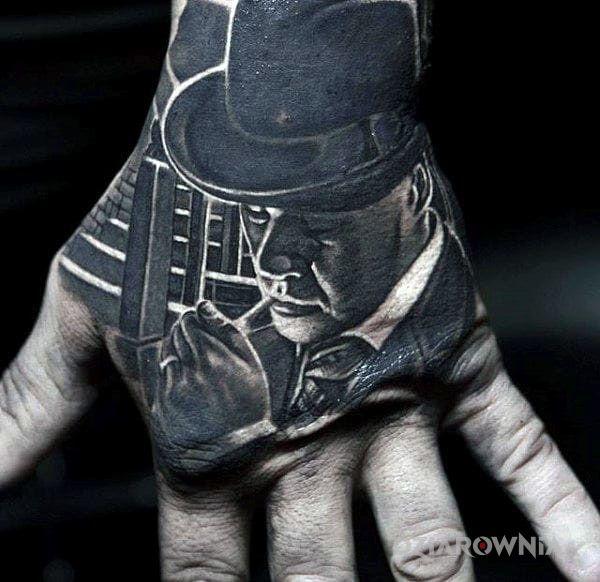Tatuaż gangster w motywie 3D i stylu realistyczne na dłoni