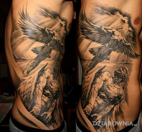 Tatuaż dedal i ikar w motywie postacie i stylu realistyczne na żebrach