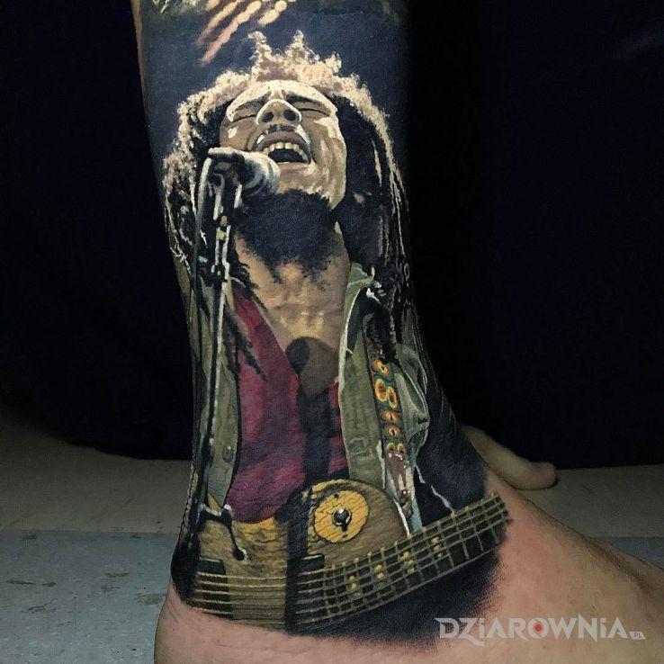 Tatuaż bob marley w motywie postacie i stylu realistyczne na nodze
