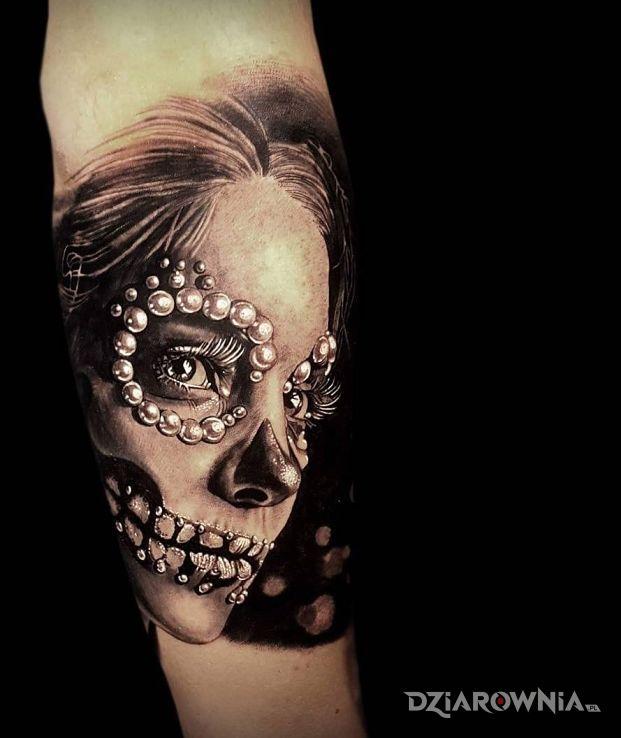 Tatuaż dziewczyna z perlami - realistyczne
