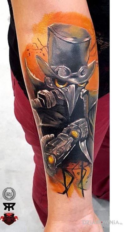 Tatuaż dr plaque w motywie postacie na przedramieniu