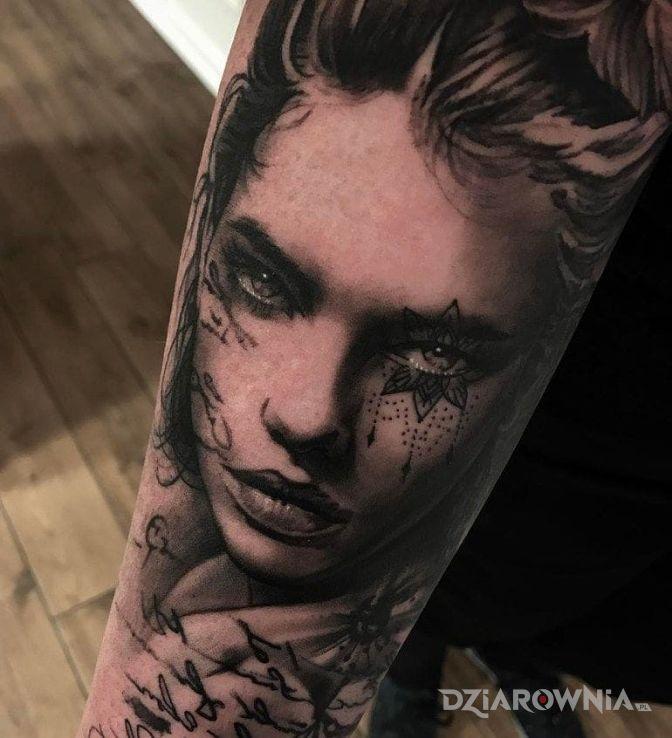 Tatuaż twarzyczka w motywie twarze i stylu realistyczne na przedramieniu