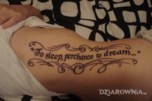 Tatuaż to sleep perchance to dream w motywie napisy na żebrach