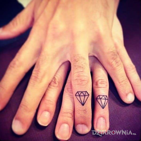 Tatuaż diamenciki w motywie miłosne na palcach