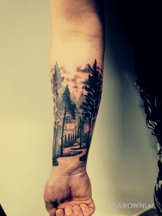 Tatuaż las droga w motywie pozostałe na przedramieniu