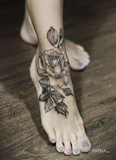 Tatuaż róża bez koloru - kwiaty