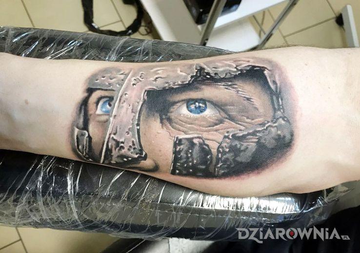 Tatuaż gladiator w motywie kolorowe i stylu realistyczne na przedramieniu
