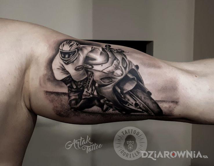 Tatuaż motocyklista w motywie przedmioty i stylu realistyczne na ramieniu