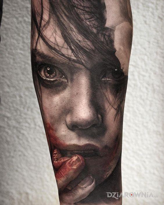 Tatuaż zakrwawiona twarz w motywie 3D i stylu realistyczne na przedramieniu