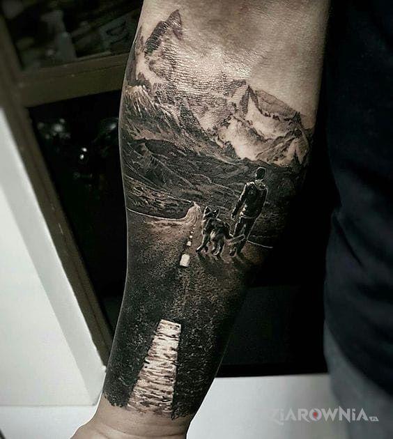 Tatuaż podróżnicy w motywie zwierzęta i stylu realistyczne na przedramieniu