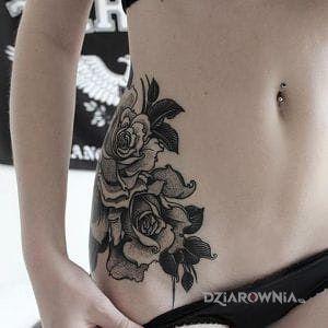 Tatuaż czarno szare kwiaty w motywie seksowne na żebrach