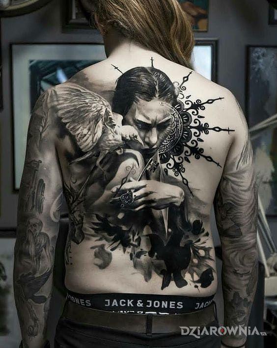 Tatuaż ptak na ramieniu w motywie 3D i stylu realistyczne na plecach
