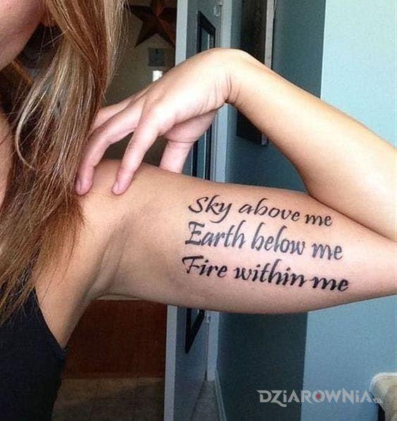 Tatuaż napis na bicku - napisy