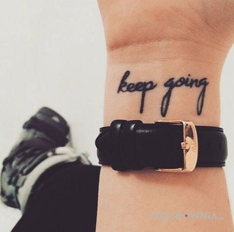 Tatuaż keep going w motywie napisy na nadgarstku