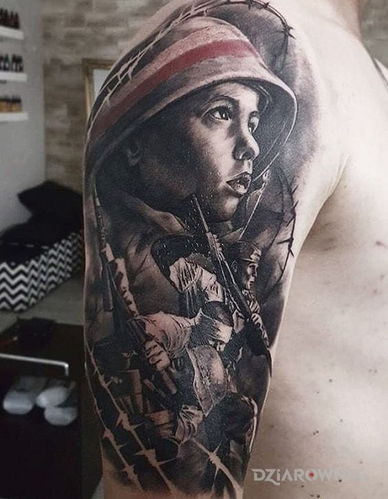 Tatuaż powstaniec w motywie patriotyczne i stylu realistyczne na ramieniu