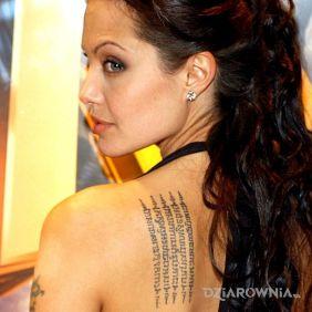 Angelina Jolie Napis na plecach