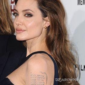 Angelina Jolie - liczby na ramieniu