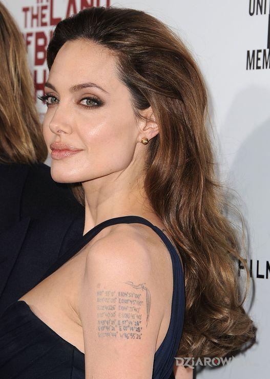 Tatuaż angelina jolie - liczby na ramieniu - Angelina Jolie