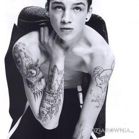 Ash Stymest bez koszulki - tatuaże