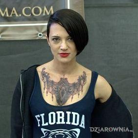 Asia Argento - Tatuaż na klatce piersiowej