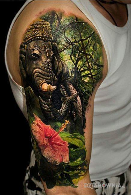 Tatuaż kolorystyka 100 w motywie zwierzęta i stylu realistyczne na ramieniu