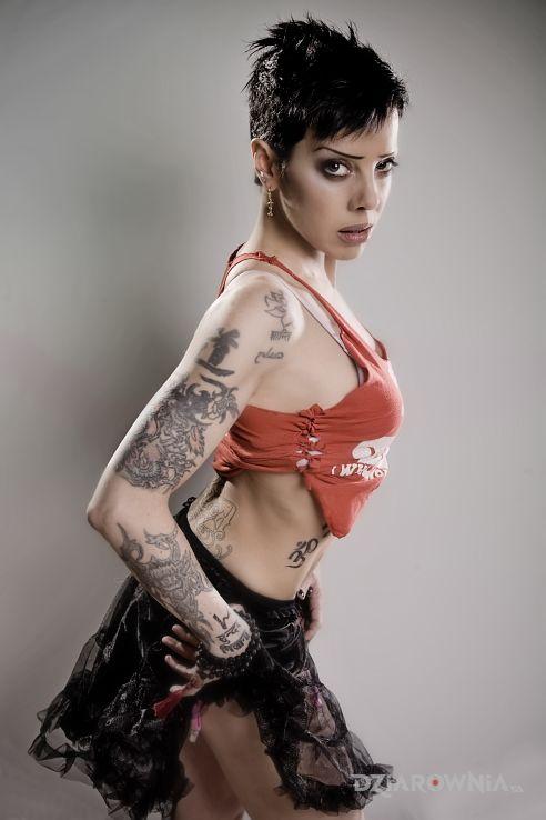 Tatuaż bif naked w sukience i bluzce - Bif Naked