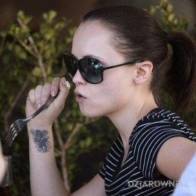 Christina Ricci - tatuaż na nadgarstku
