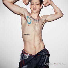 Herklues Cole Mohr z tatuażami